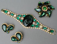Fashion-era picture ofemerald style glass costume jewellery pieces from Glitterbug